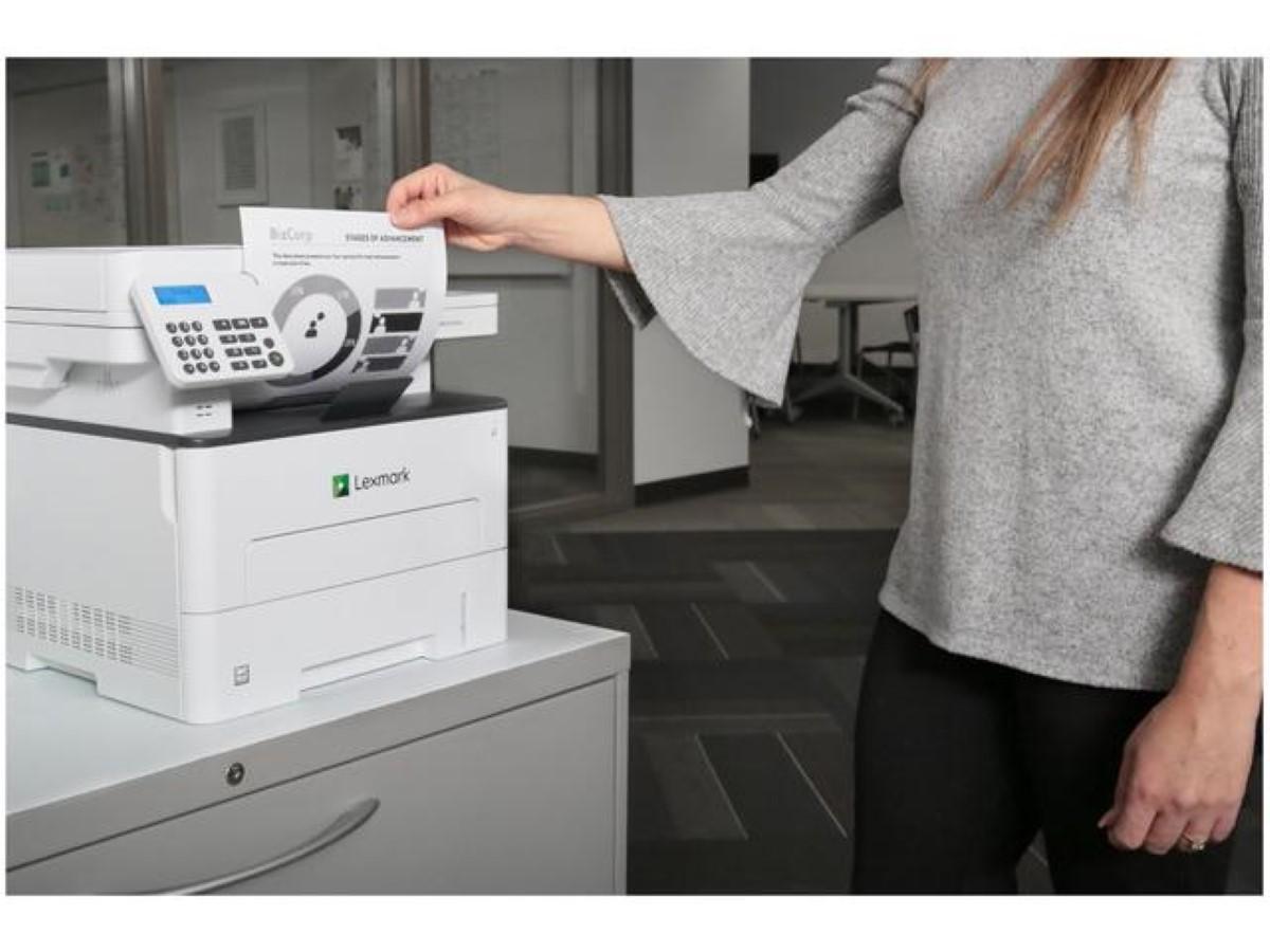 Lexmark MB2236adw (18M0410) Pani korzystająca z drukarki