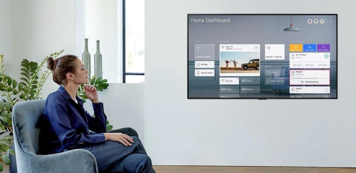 LG GX zawieszony na ścianie jak obraz