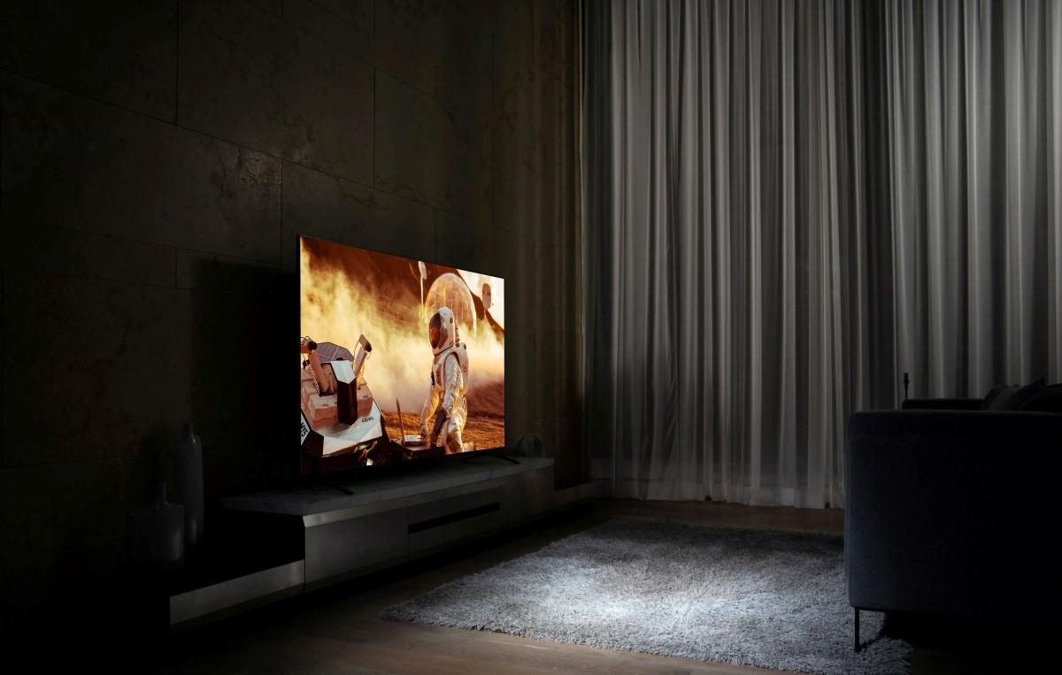 Telewizor LG w ciemnym pomieszczeniu