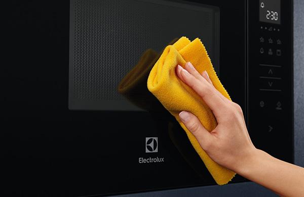 czyszczenie szklanych drzwi kuchenki mikrofalowej