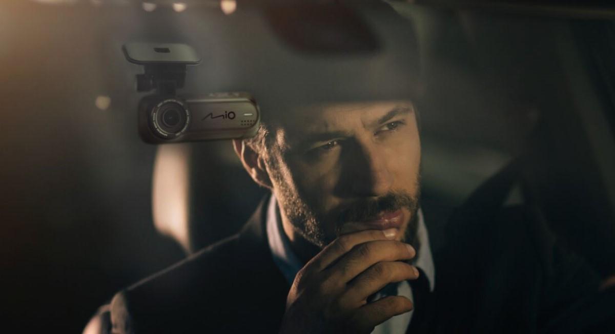 Mężczyzna przy kamerze samochodowej Mio J85