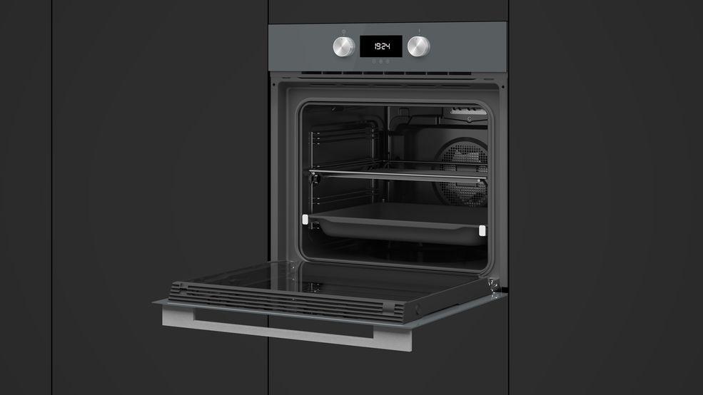 otwarty piekarnik elektryczny w zabudowie kuchennej