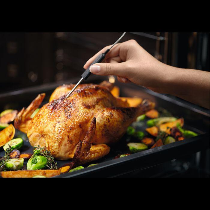 sprawdzanie temperatury kurczaka za pomocą termosondy