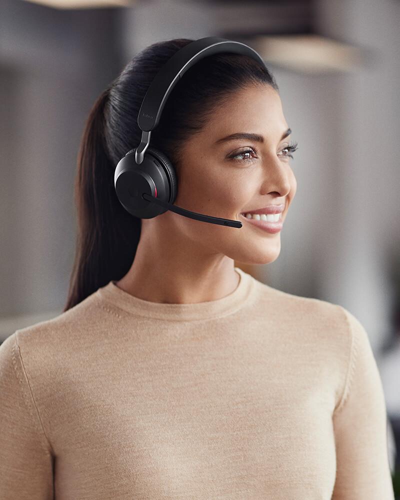 bezprzewodowe słuchawki Jabra założone przez kobietę