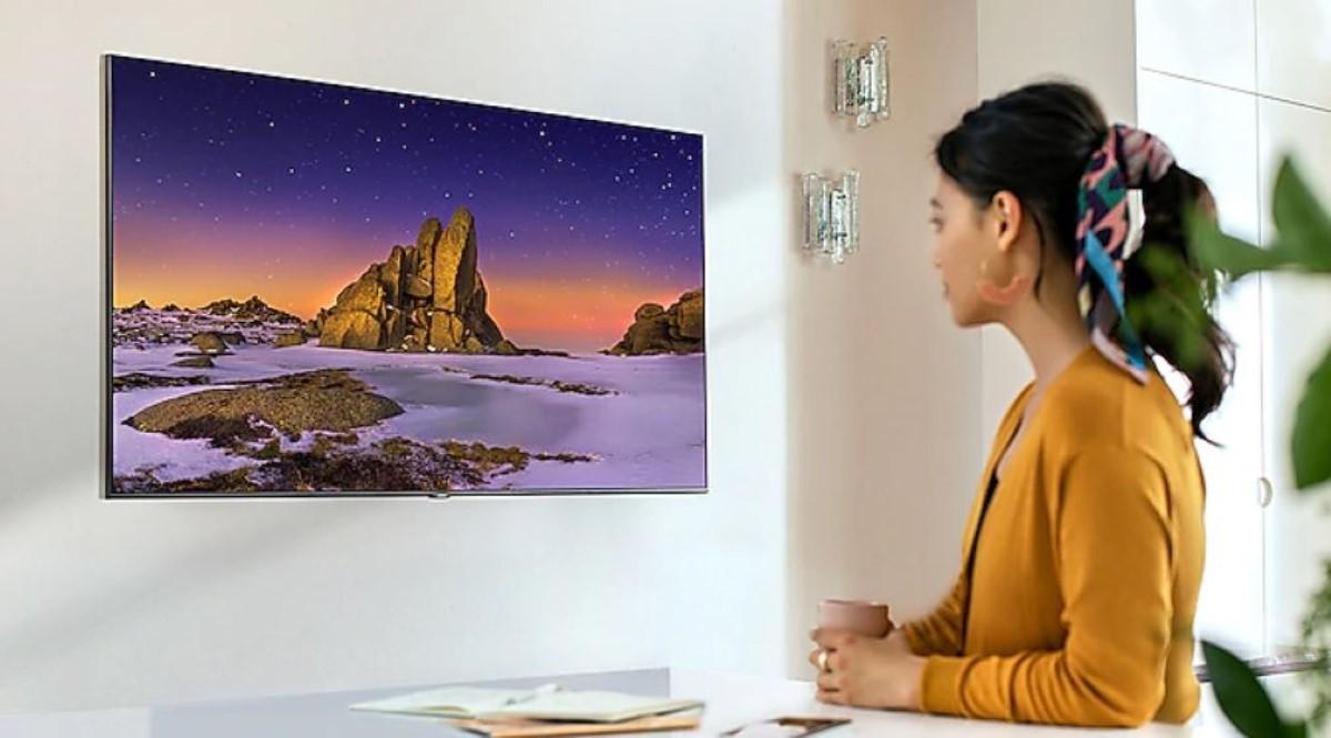Kobieta ogląda Samsung QE55Q65TA