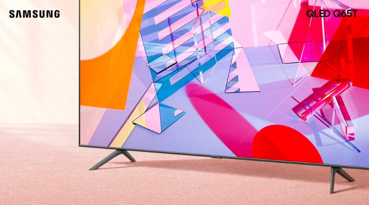 Samsung QE65Q65TA na dywanie