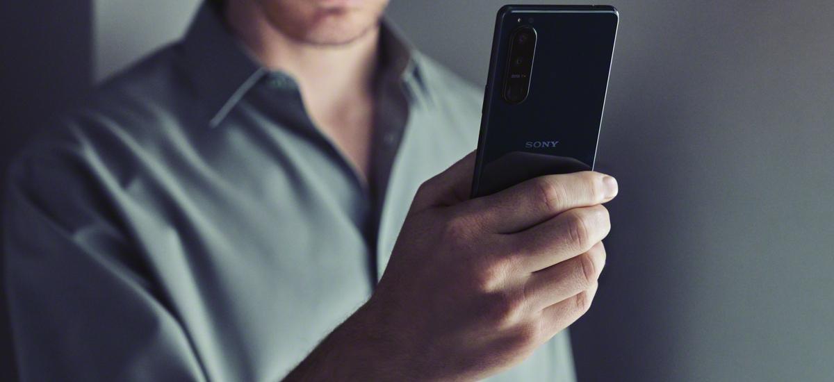 Sony Xperia 5 III w dłoni